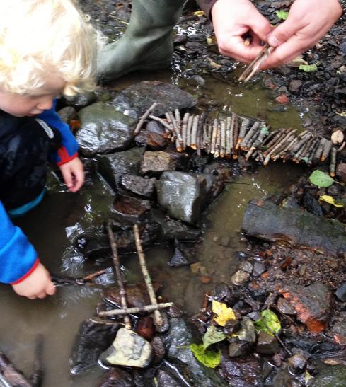 Du trenger ikke gå i den dypeste skogen eller til det høyeste fjellet for å skape gode barndomsminner. En liten vannpytt langs veien gjør også nytten. Det kan jo hende det bor en mus der som trenger en bro… eller et barn som trenger et lite dytt ut på kreativitetens og lekens store hav.