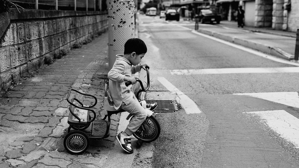 kid on bike korea