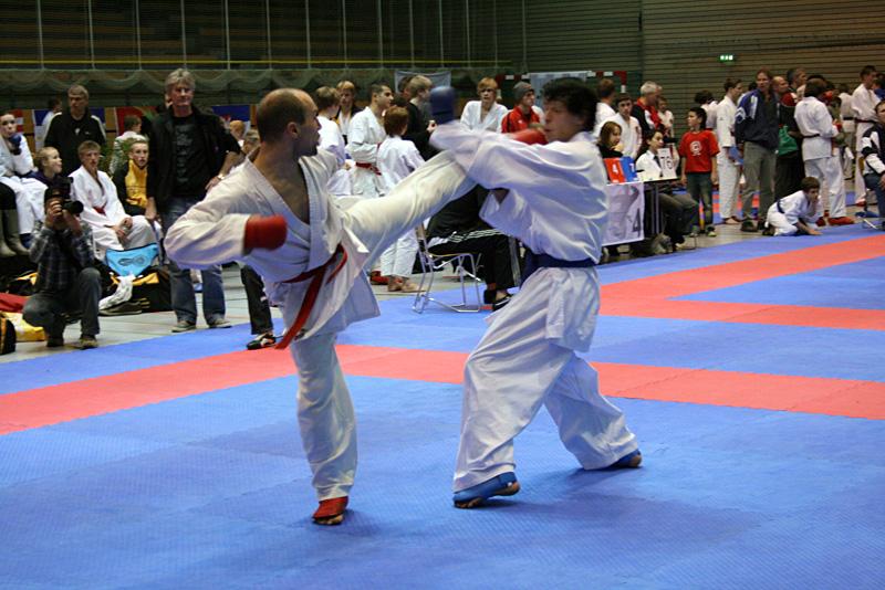 Jens Dörner (blau) in einem Kumite-Kampf
