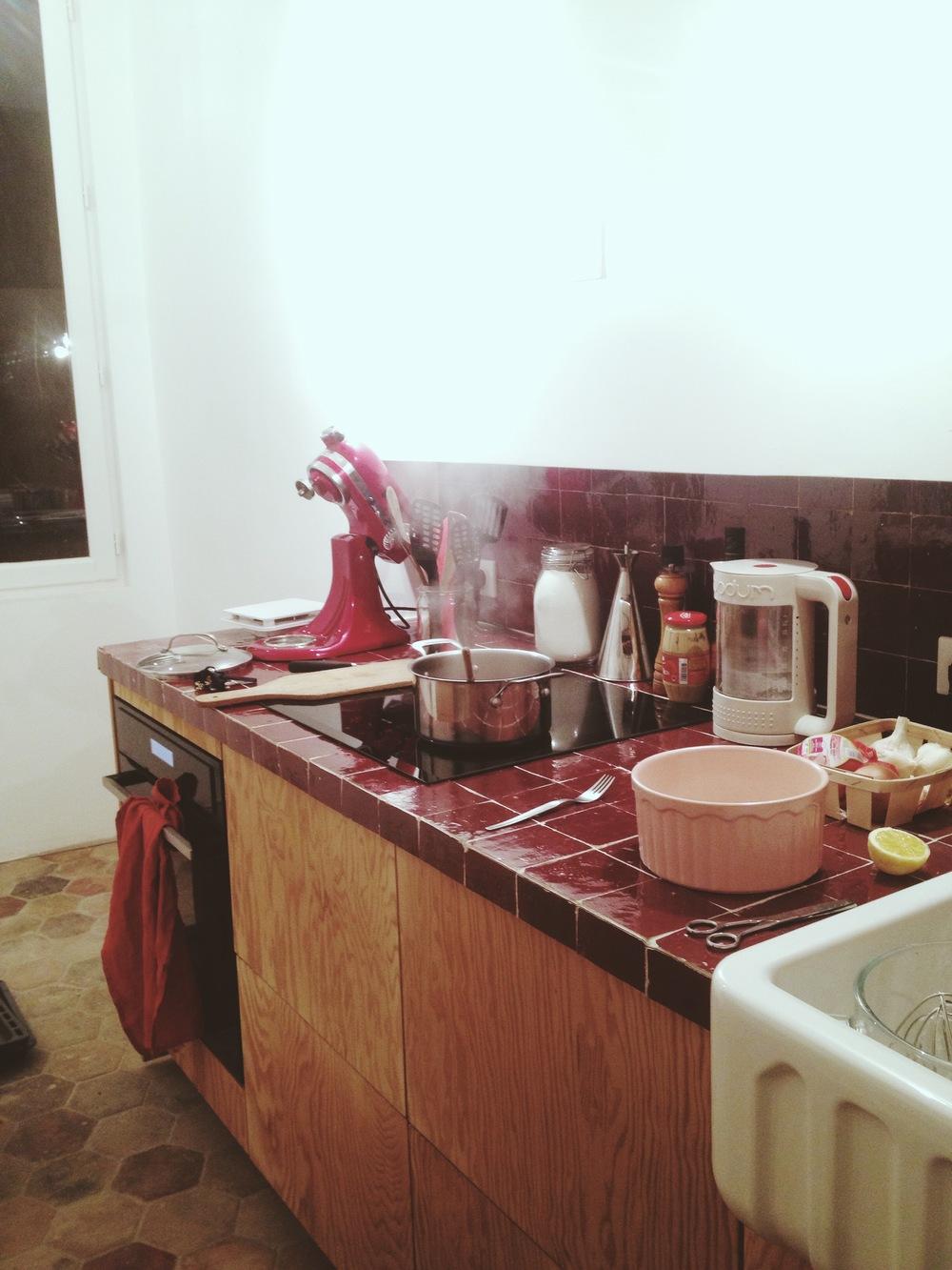 [[And my very own kitchen is now a room with a function, more on TLOAK. Ok, nothing smart to say about patterns here, shameless-self-promo-only./// Et ma cuisine à moi, qui est désormais à nouveau une pièce avec une fonction, plus sur TLOAK. Ok, rien à dire ici en terme demotifs, juste-de-l'auto-promo-éhontée]]