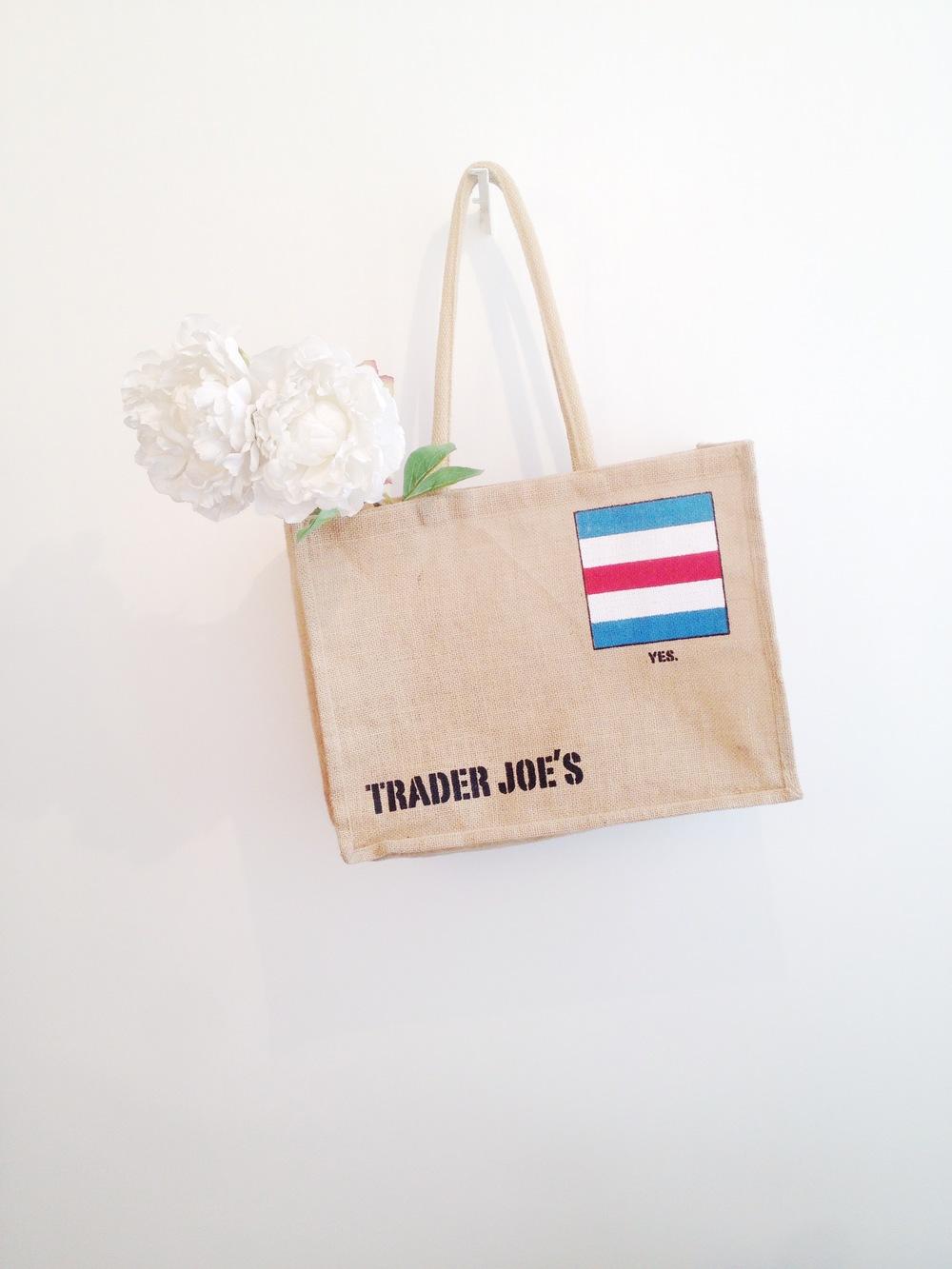 [[Talking reusable bags on Apartment Therapy. Pictured : The reusable bag I bought from Trader Joe's last November in LA///A propos de sacs réutilisables sur Apartment Therapy. Photo : le sac réutilisable que j'ai acheté chez Trader Joe's à LA en novembre dernier]]