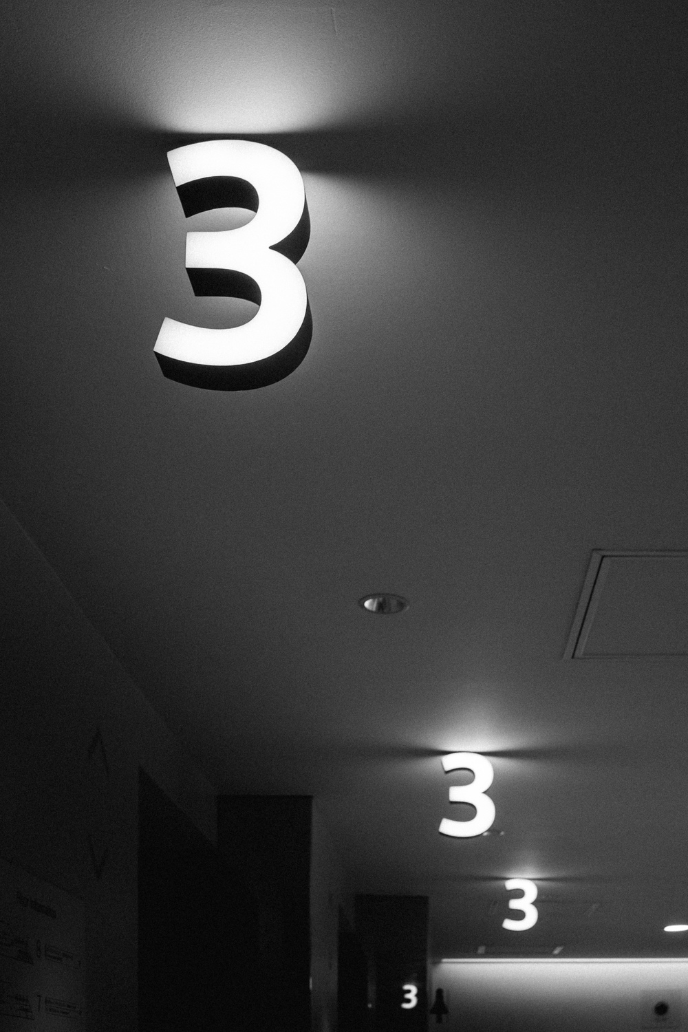 Three | RX3 | 1/33s f/3.3 ISO333 33mm