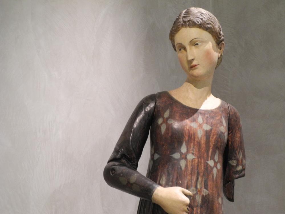 Vierge de l'Annonciation, bois de noyer polychrome, milieu du XIVe siècle, Musée des beaux-arts de Lyon. Photo Gallerie Carte Blanche.