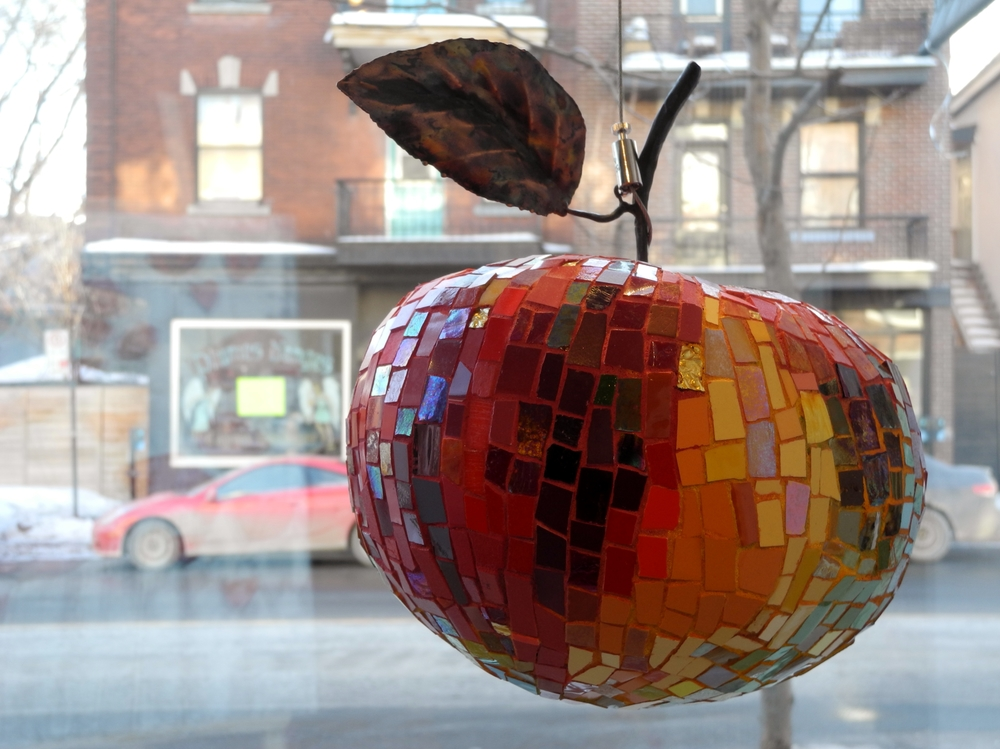 MadeleineTurgeon, Coeur de pomme (métal, cuivre, céramique et verre). Photo Galerie Carte Blanche, avec la permission de l'artiste.