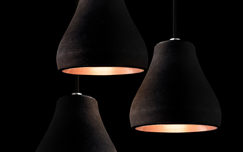 Schwarzes Gold - the black lampshade is made out of 100% natural materials. The binding agent, consisting of flour and water, is mixed with FSC - certified charcoal powder.