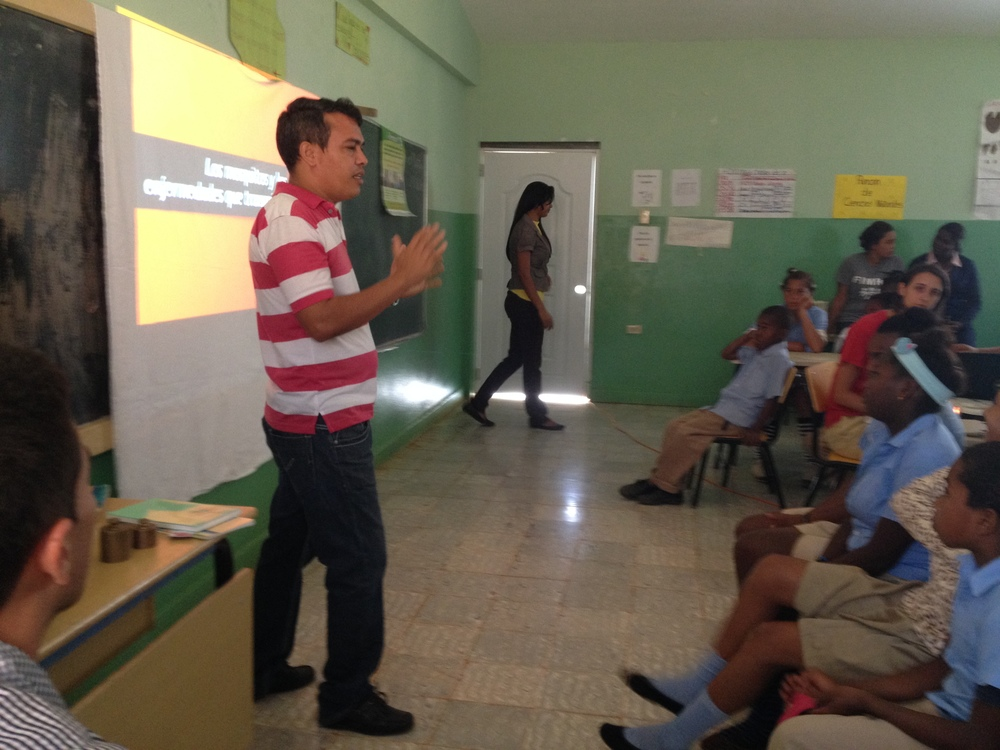 Dr. Ricardo teaching a charla