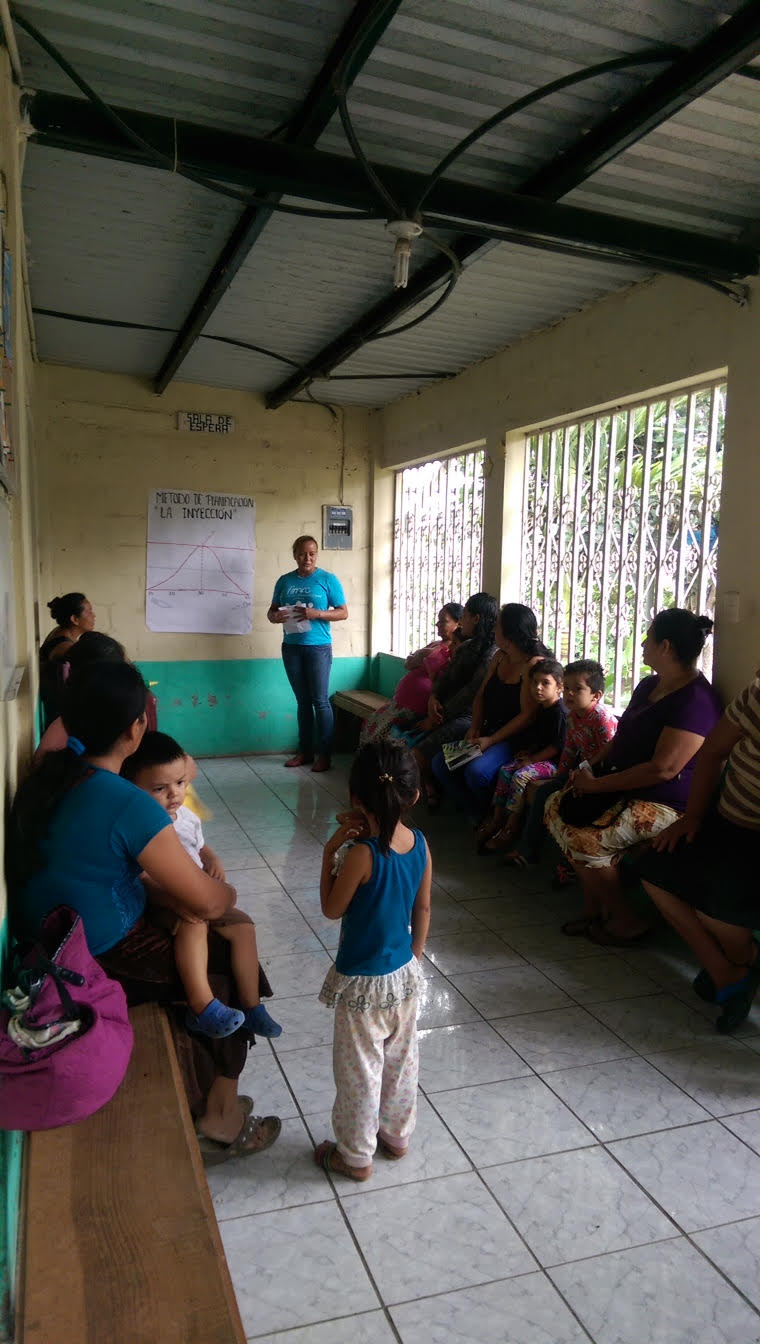 Azucena gives a charla to patients in the waiting room
