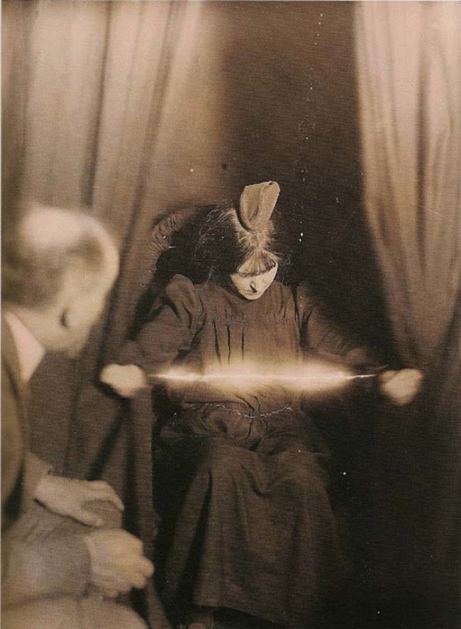 6f12af34122cfecd07290c085296473a--spirit-photography-victorian-era.jpg