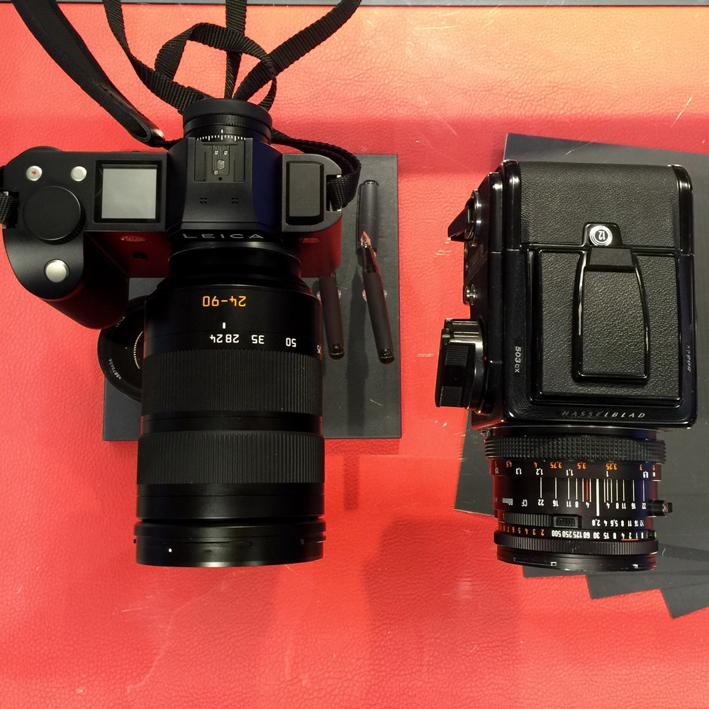 Two cameras - one of which is already a piece of history (the Hasselblad), while the other is likely to become one of Leica's greatest achievements. Side-by-side size comparison.