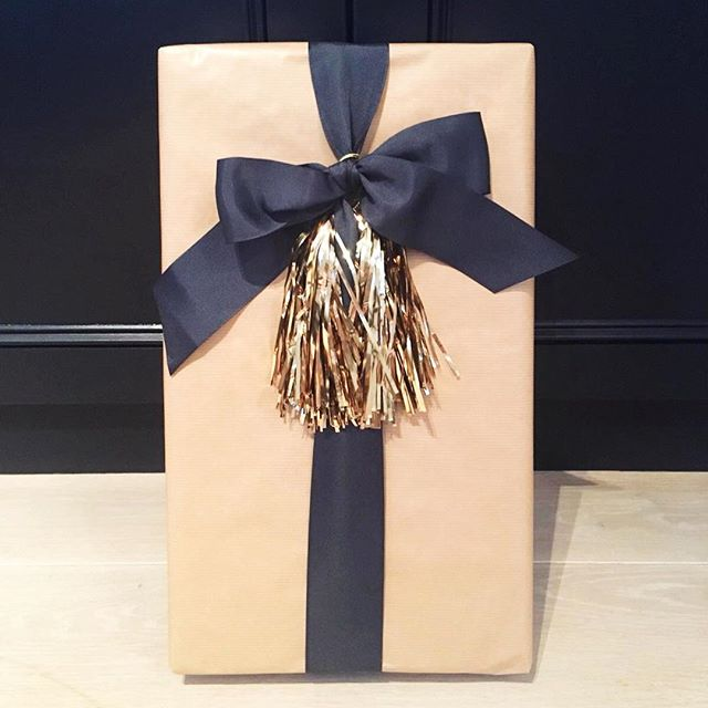 The perfect Birthday parcel from my dear friend @nellwestwood She knows my BIG love of brown paper packages, large ribbons and a touch of glam, combine that and it's wrapping perfection 👌🏻 All the heart eyes 😍#prettyparcelpackagedwithlove
