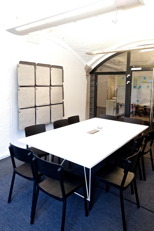 Lyddempende panel i møterom