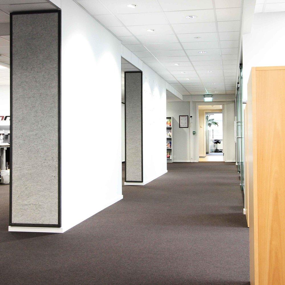 Lyddempende tapet i kontorlokale
