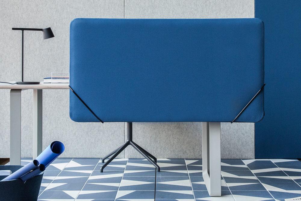Slik kan det altså se ut på kontoret! Igjen er  BasicWall  med på å løfte frem de flotte møblene, sammen med de nydelige flisene fra FagFlis.  FeltScreen  liker også å vise seg frem, her i tekstilen Jostedal Midnight Blue, fra gudbrandsdalen Uldvarefabrikk.