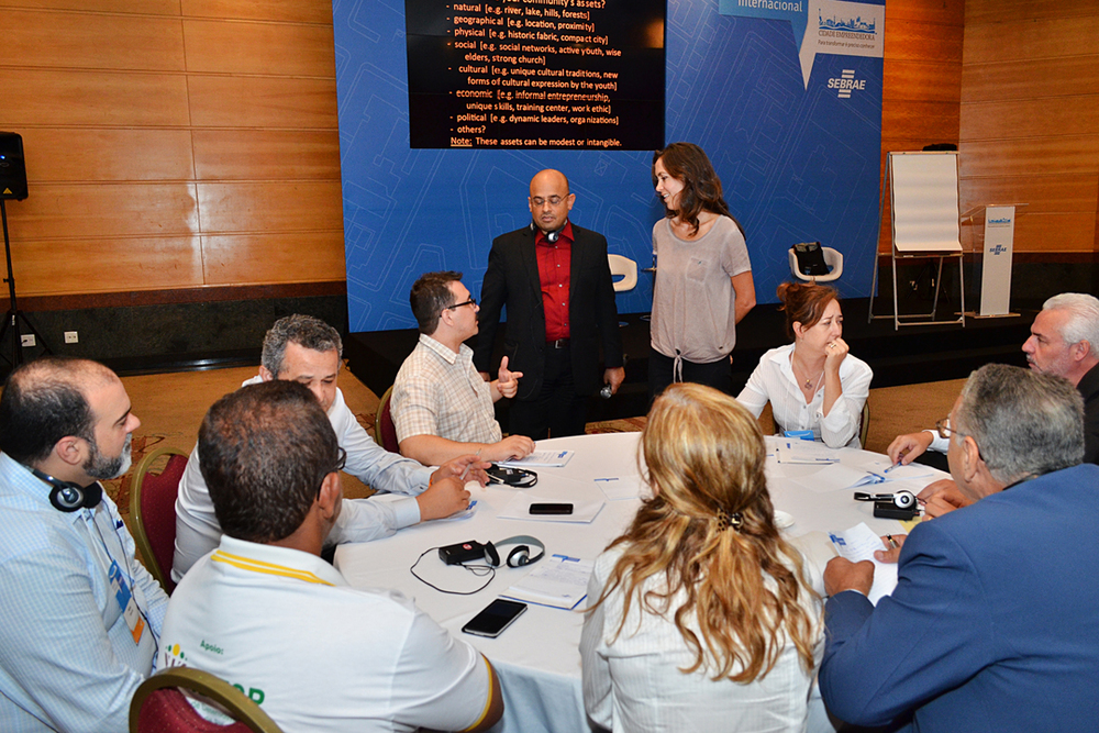 The 40 workshop participants from different cities divided into 4 groups of collaborators to foster individual brainstorming as well as mutual support.  Aseem Inam and a bilingual team from SEBRAE helped facilitate the smaller group discussions.  Source: SEBRAE