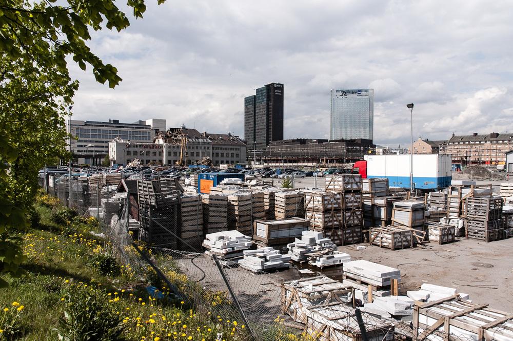 Nye Oslo-prosjektet har også et mer historisk aspekt. Dette bildet fra 2005 viser området der Barcode-blokkene ligger i dag. Huset i bakgrunnen er den gamle Jernbaneskolen som rives for å gi plass til PWC-bygget -første bygning i Barcode-rekka. I forgrunnen lagres marmor til operaen, som er under bygging.