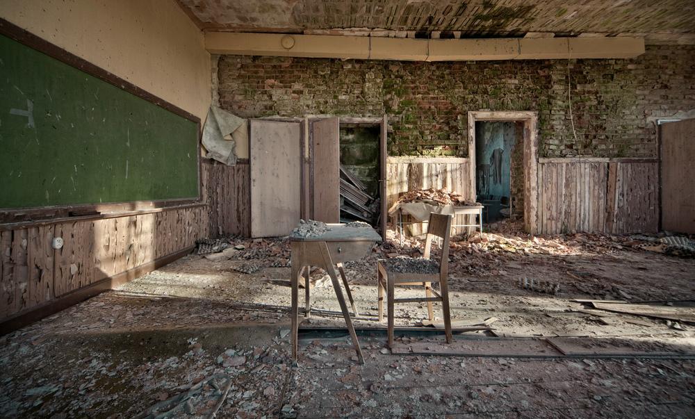 A lesson In Decay Siste time har for lengst ringt ut på denne gamle svenske skolen. Uvisst når den ble forlatt, men forfallet har kommet langt og deler av taket holder på å kollapse.