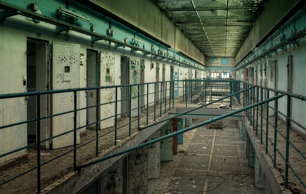 Abandoned Prison Historien til dette forlatte franske fengselet strekker seg tilbake til 1200 da det var et munkekloster her. Under den franske revolusjon ble stedet omgjort til fengsel. På det meste var det plass til 1500 fanger her men i 2011 ble de flyttet til et nyere og med moderne fengsel og har stått forlatt siden.