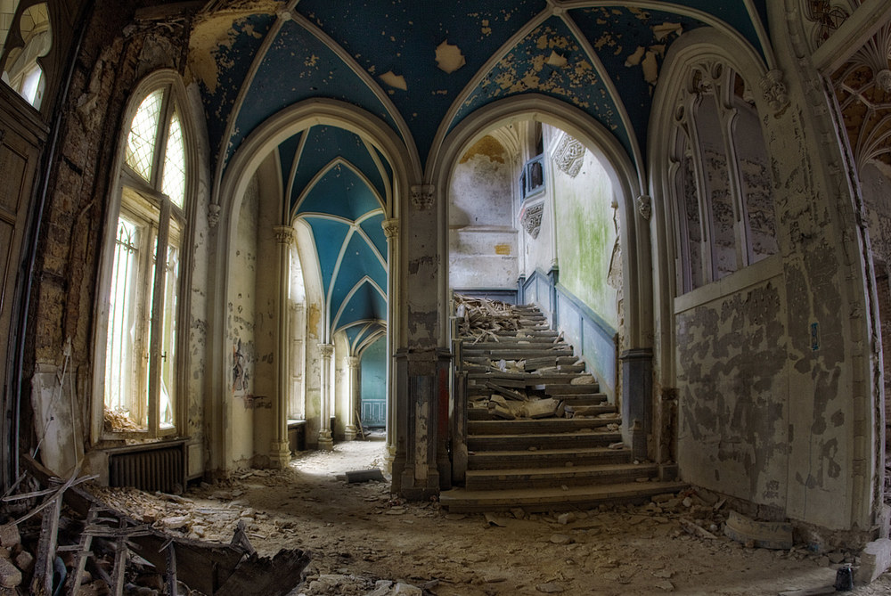 Chateau Fairytale Innsiden av et av de mest kjente forlatte slott i Belgia kalt Chateau Miranda eller Noisy bygget i 1866. Det eventyraktige utseende trekker stadig fotografer som vil ta bilde av det selv om det begynner å bli falleferdig og farlig. Slottet ble forlatt i 1991.