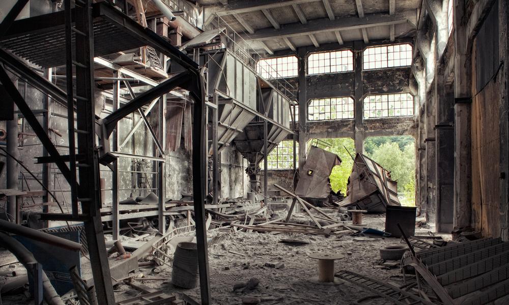Crushed Odda Smelteverk i Norge har fortsatt noen gamle deler som står forlatt og forfaller. Fabrikken ble bygget i 1906 og ble raskt verdens største kalsiumkarbid produsent. Mye er dessverre revet etter konkursen i 2003 men det som står igjen har status som verneverdige kulturminner.
