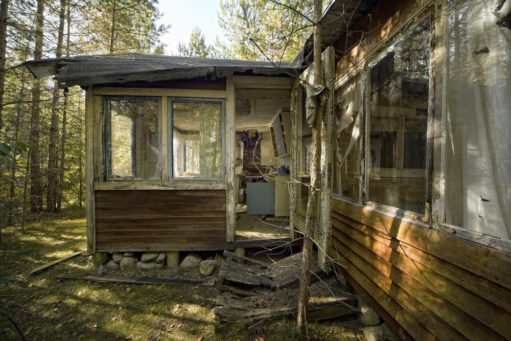 Derelict Summerhouse Et sted i de svenske skoger ligger et rart område med et titalls gamle feriehytter og forfaller. Hvorfor hele området plutselig ble forlatt vet jeg ikke.