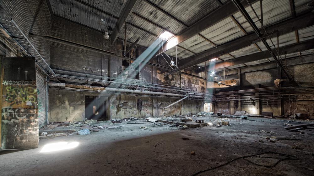Dual Beams Lysstråler skinner gjennom det falleferdige taket i en svensk sulfatfabrikk i Sverige. Nok et stykke industrihistorie som står som ruiner.