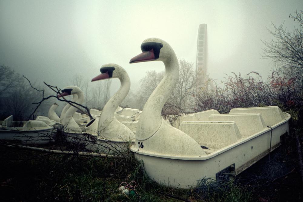 Gloomy Swans Midt i Berlin ligger en stor forlatt fornøyelsespark, kalt SpreePark. Grunnet dårligere tider forsøkte eieren å smugle 180kg kokain i en nyinnkjøpt tivoli attraksjon inn i Tyskland. Han ble arrestert i 2004 og siden har parken blitt stående ubrukt.