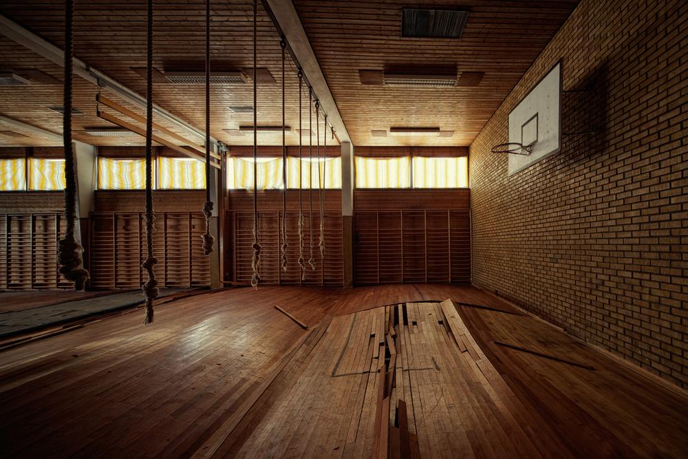 Hazardous Training Area Gymsalen i denne skolen i Norge har sett sine bedre dager. Gulvet har slått seg i voldsomme bølger. Siste skoledag var før sommerferien 2006, og det står fortsatt og forfaller uten at man blir enige om framtidsplanene.