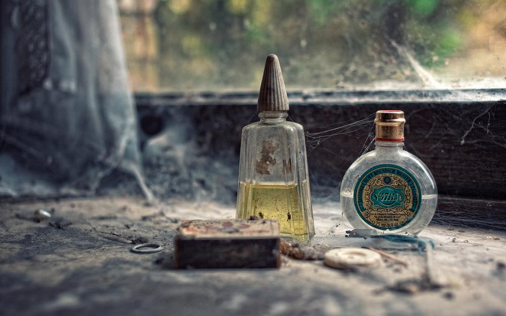It's Been a long time Parfymeflasker av blant annet typen 4711 har stått lenge ensomme i vinduskarmen i dette forlatt Belgiske huset.