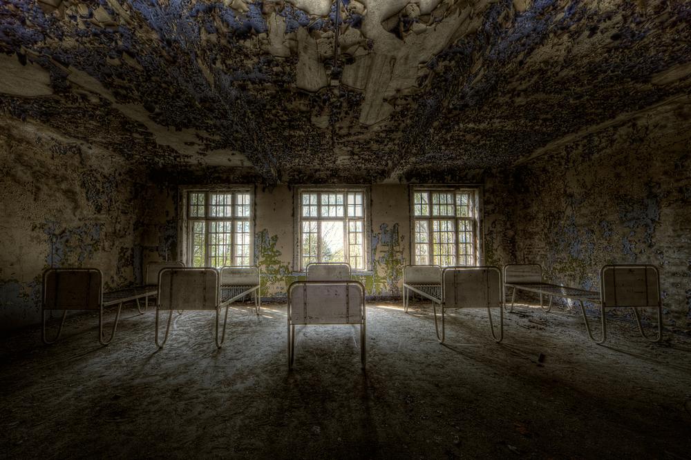 Lier En av sengepostene ved forlatte Lier Mentalsykehus. Deler av asylet ble stående ubrukt i 1986 og flere av byggene står fortsatt spøkelsesaktige og tomme rett utenfor den aktive delen av sykehuset.