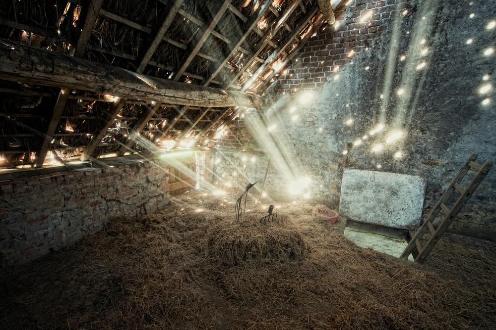 Magic Høyloftet tilhørende en gammel gård viser seg på sin beste side med lysstråler fra en sollys dag. Stedet er nå dessverre revet.