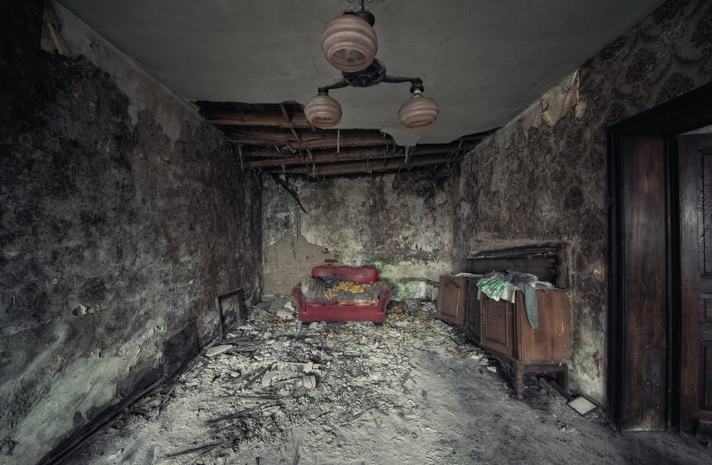 Nightmare Living Room Stuen i et gammelt fraflyttet belgisk hus minner om kulissene i en skrekkfilm. Det er vanskelig å tro at det en gang har vært koselig her.