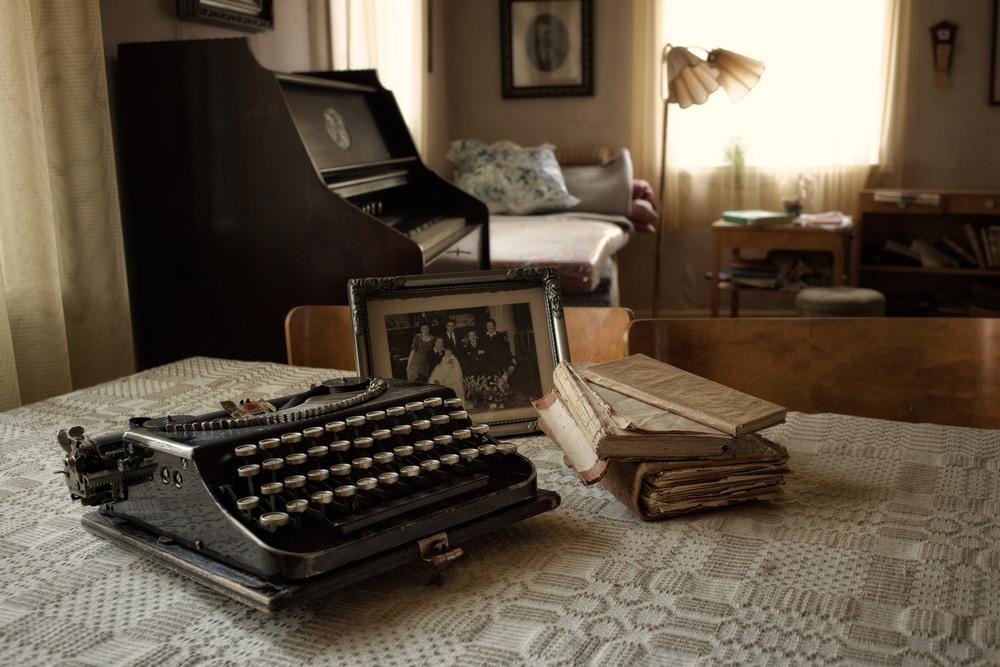 Noone Lives Here Anymore Rundt omkring i Sverige står det massevis av gamle fraflyttede hus. Dette har stått ubebodd siden 80tallet. Det innerste rommet hadde mange fine gamle ting som denne skrivemaskinen og familiebilder.