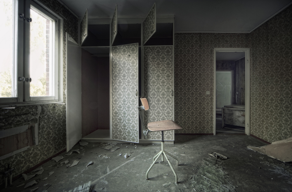 Revolving Chair En gruveby i Sverige bygget litt for mange boligblokker enn det behøvdes og disse ble stående ubrukte og tomme. Det er rart å gå rundt i forfalne blokker som minner om de man selv vokste opp i.