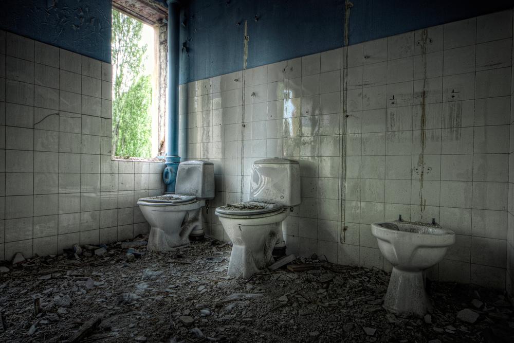 Ruins in Oslo Vestbanetomten hadde for noen år siden en del gamle bygg som nå er revet. Dette er noen av toalettene i et av byggene.