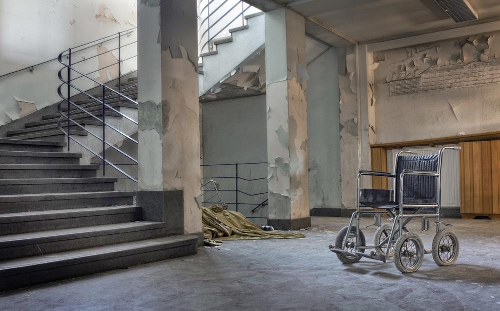 Sanatorium In The Woods Trappegangen i det gigantiske Sandträsk tuberkulose sanatoriet i Sverige. Det ble bygget i 1913 og kunne da huse 88 pasienter. I 1964 ble driften flyttet og sykehusdriften avviklet. Av de 30.000 pasientene som var innom her døde halvparten.