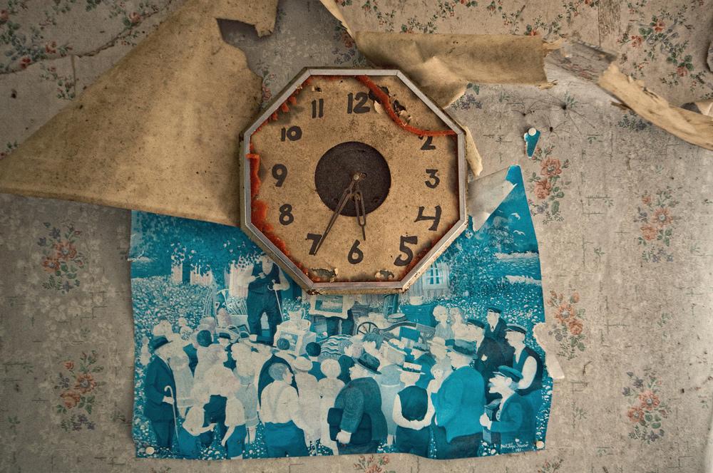 Watch Out For Spiders Den hyggelige feststemningen på det blå bildet står i kontrast til forfallet i den svenske forlatte sommerstuen. Tiden har stoppet og edderkoppene man kan skimte i bildet har flyttet inn.