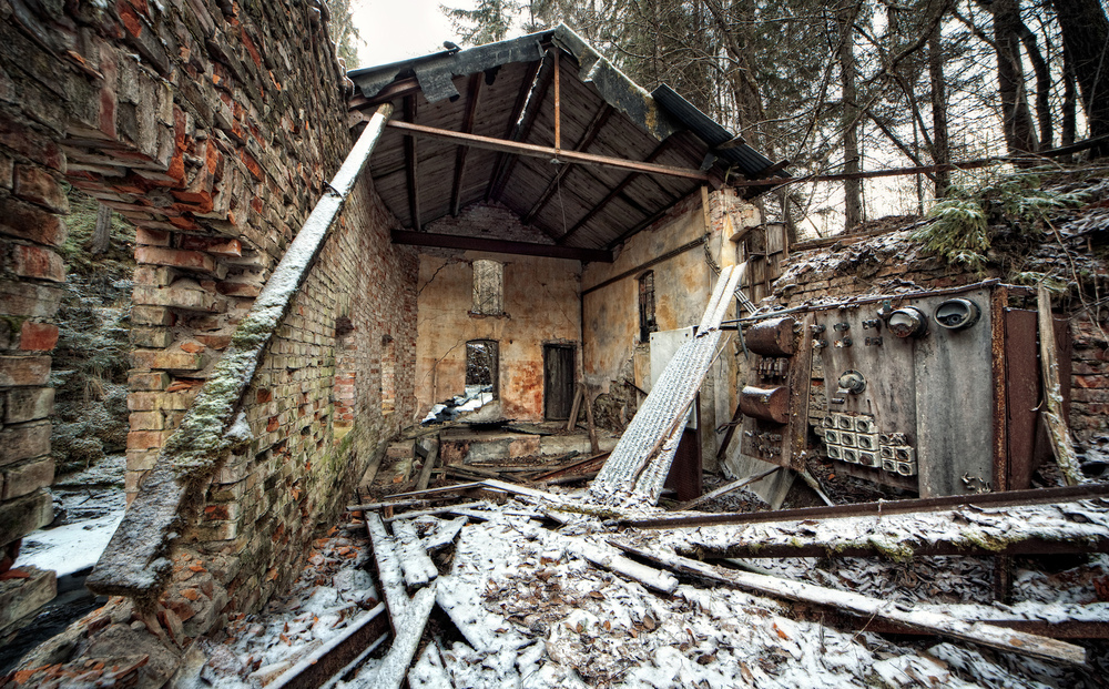 Winter Is Coming Ruinene av kraftstasjonen til Nitedals kruttfabrikk i Norge vitner om aktiviteten som en gang var i denne dalen. Etter en rekke ulykker ble virksomheten lagt ned i 1967.