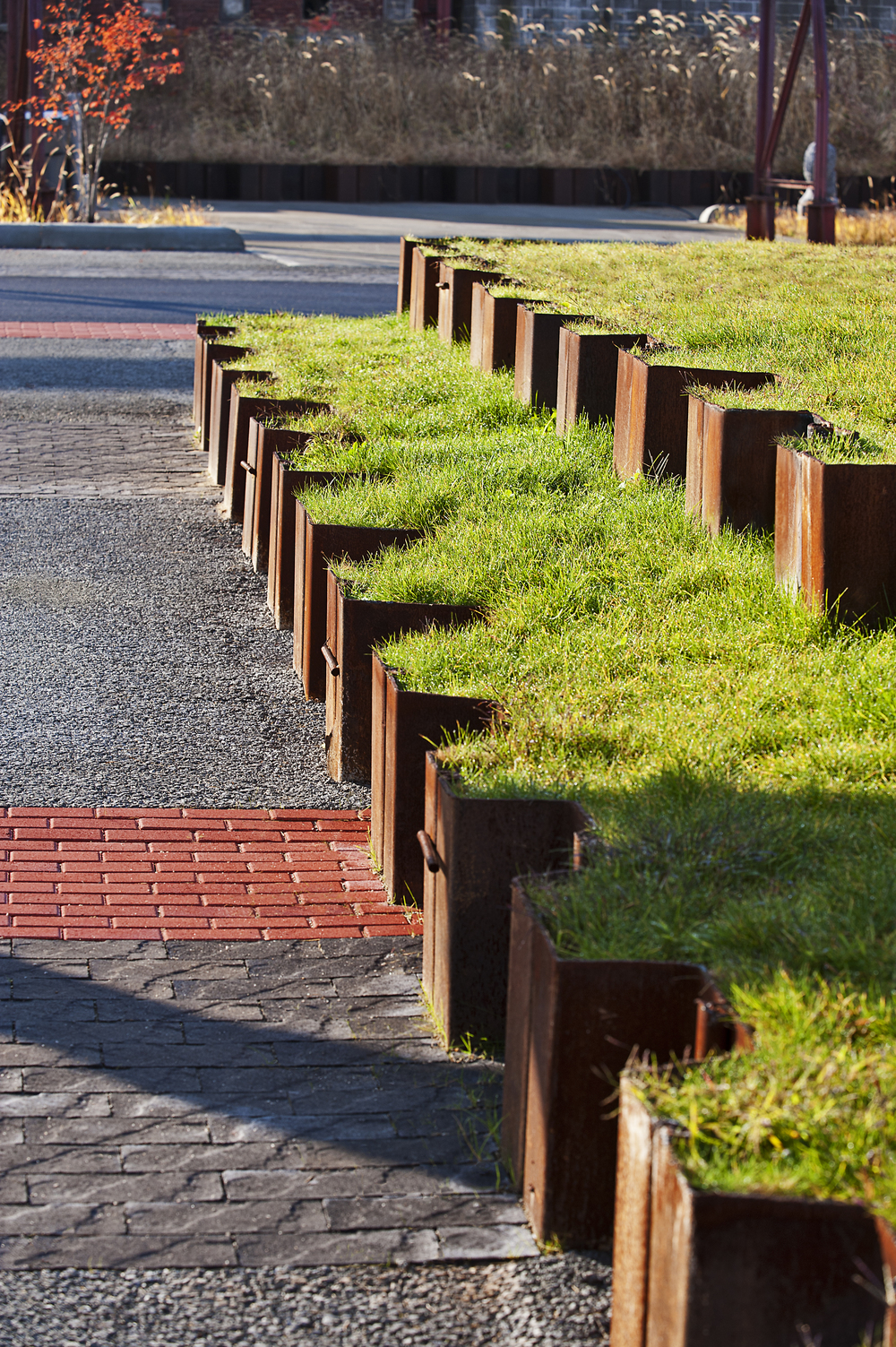 Rester av spuntplater refunksjonert som støttemur, The Steel Yard, Providence, USA  Hentet fra: http://www.asla.org/2011awards/183.html , Christian Phillips Photography
