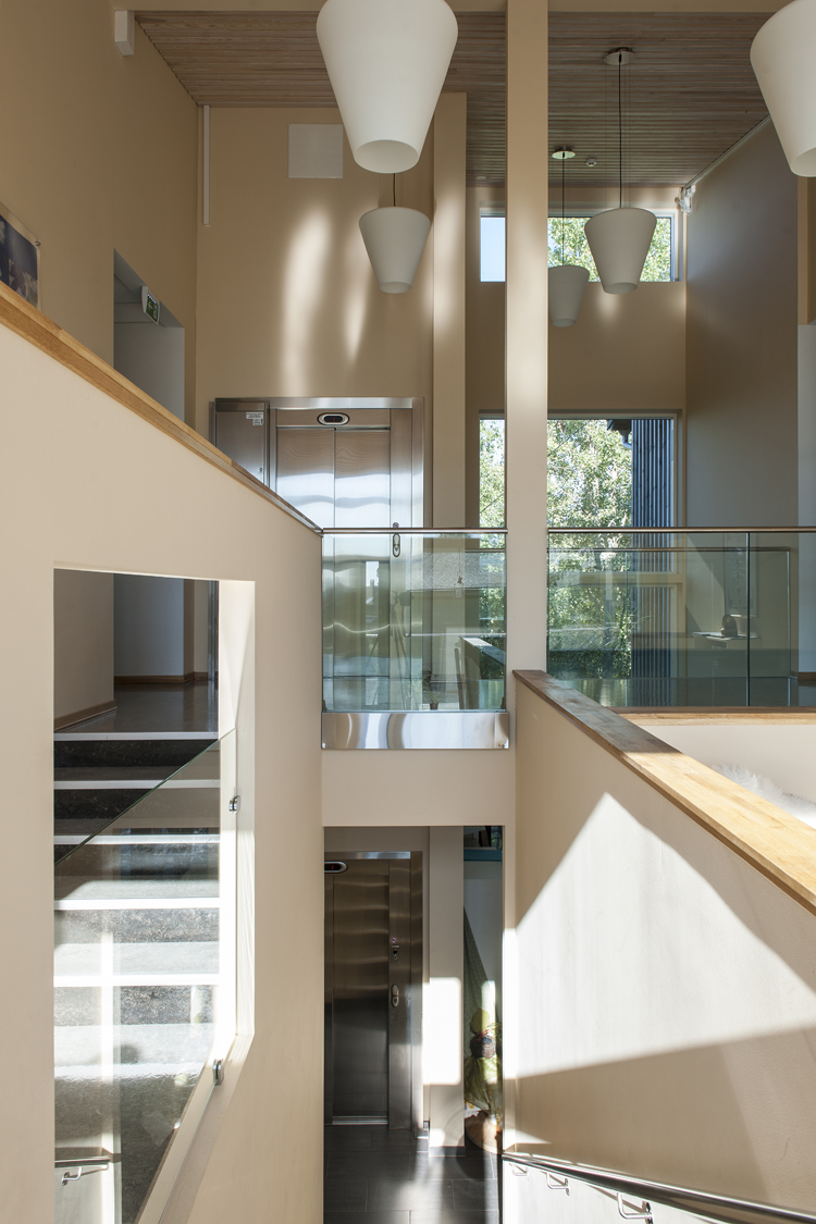 I midten av bygget gir den doble romhøyden, siktelinjene på tvers av rommene og utkikkspunkter ut i naturen en opplevelse av åpenhetfoto: Jiri Havran