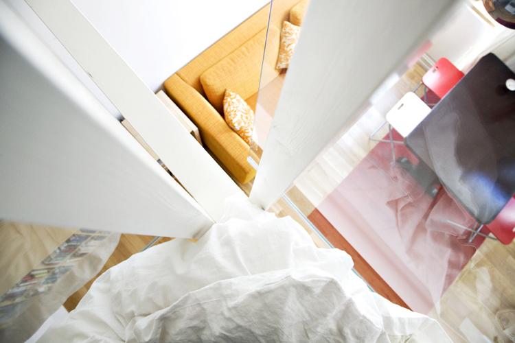 Fra ettroms leilighet med sengehems, som viser møtet mellom materialer, skarpe detaljer og utsikt til oppholdsrommet.Architectopia AS.Foto: Yina Chan.