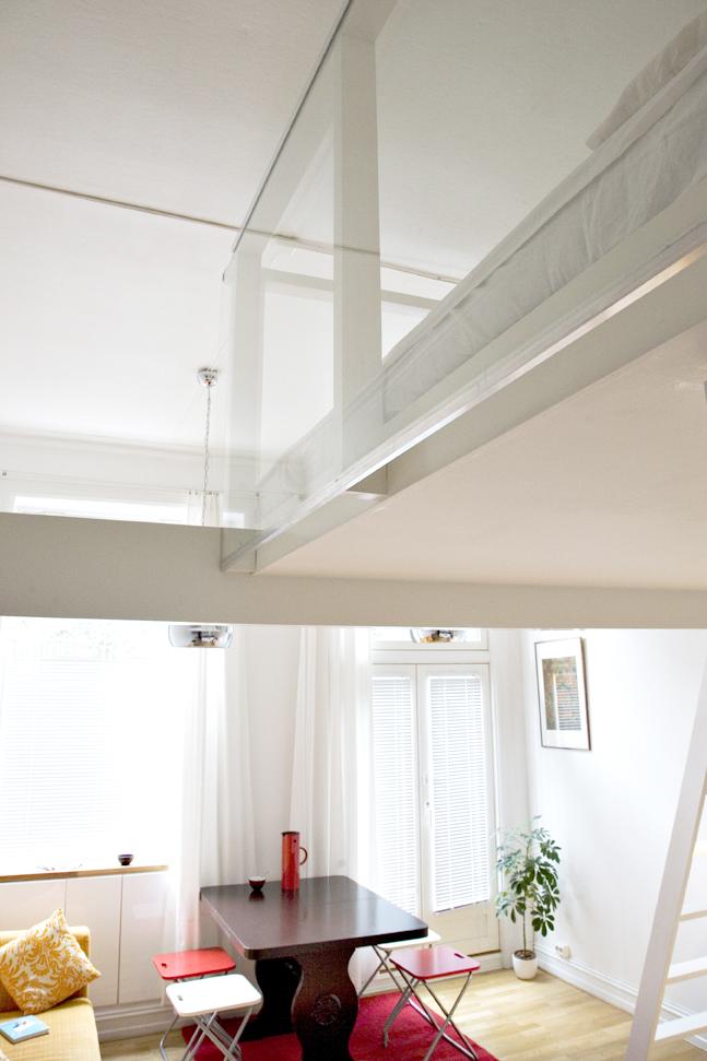 Materialer i tre og glass skaper en lett konstruksjon som svever over stuen.Architectopia AS. Foto: Yina Chan.