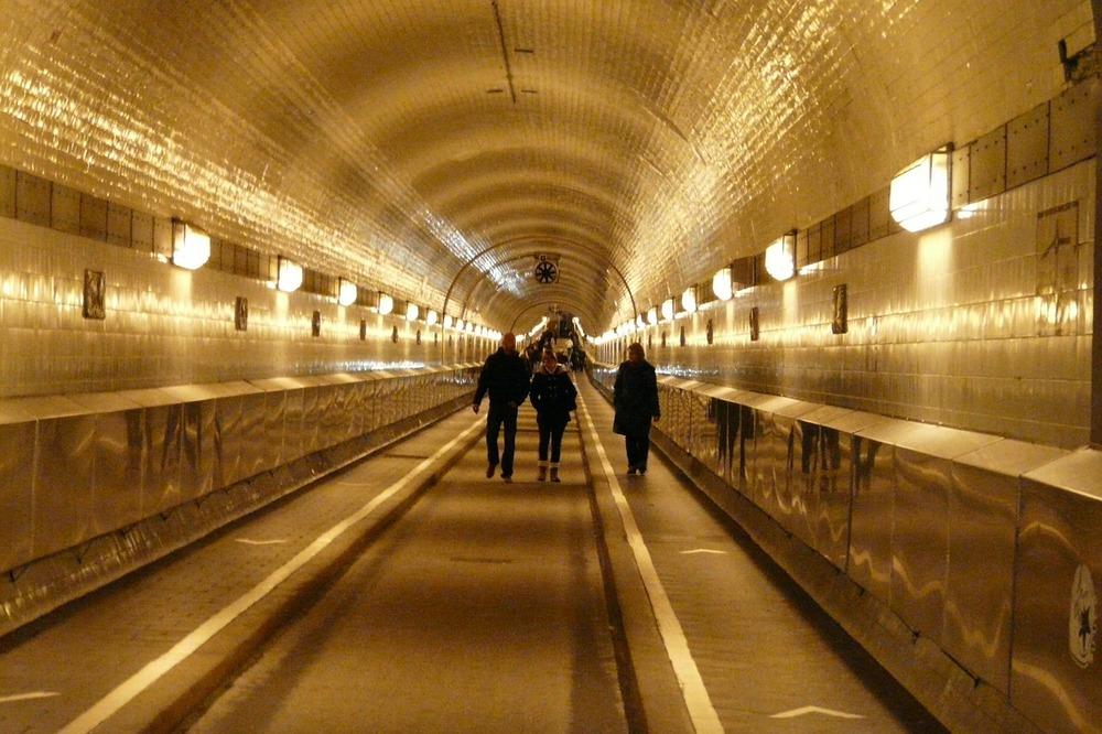 Effekt av belysning i tunnel, Elbe Tunnel i Hamburg. foto: CC0 Public  Domain, um0815 via Pixabay