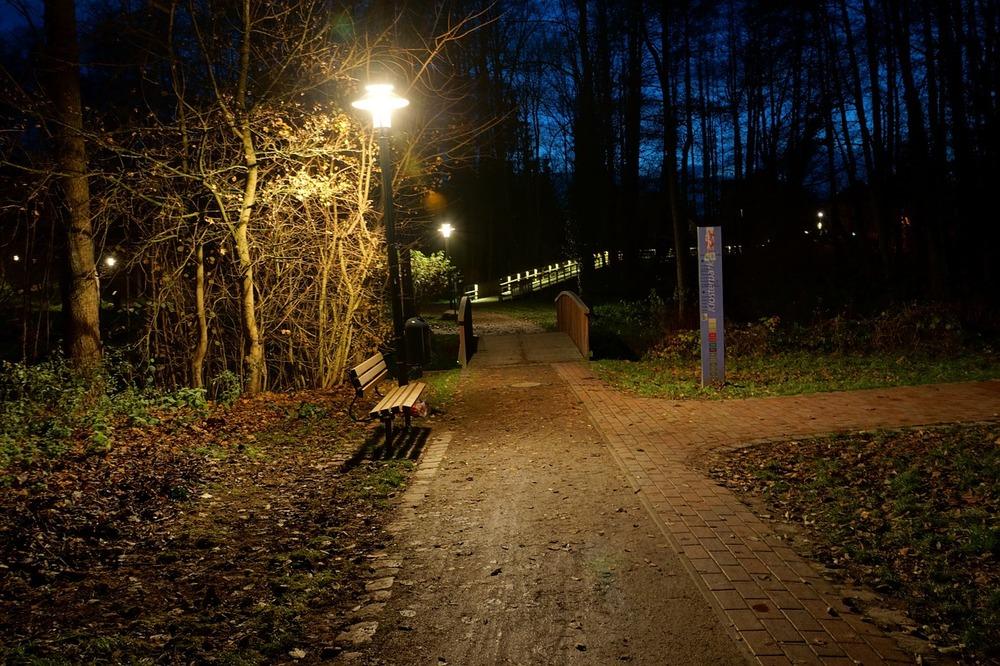 Harsefeld park, Tyskland med god belysning på kveldstid. foto: CC0 Public Domain, spectra via Pixabay