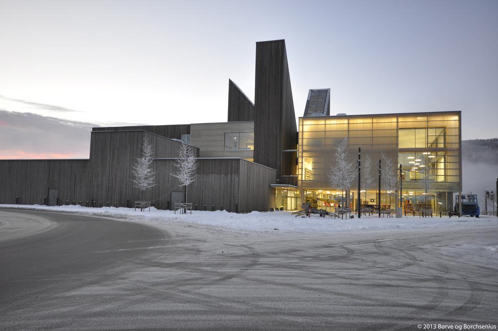 Notodden bok- og blueshus. Lysdesign som gir liv og status til bygningen om kvelden. Foto: Arkitektkontoret Børve og Borchsenius AS