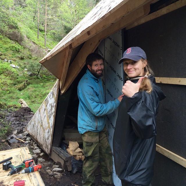 Ingrid og Jøran Bjørsol får opp zink-fasaden. Foto: Andrea Ellefsen