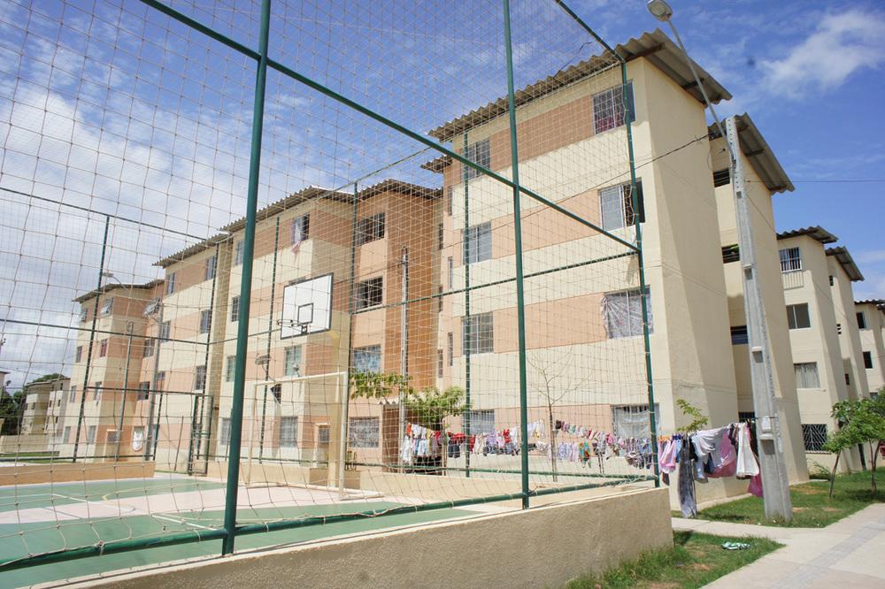 Innimellom blokkene er det fotball- og basketbaner, skateramper og lekeplasser.Foto: Astrid Fadnes