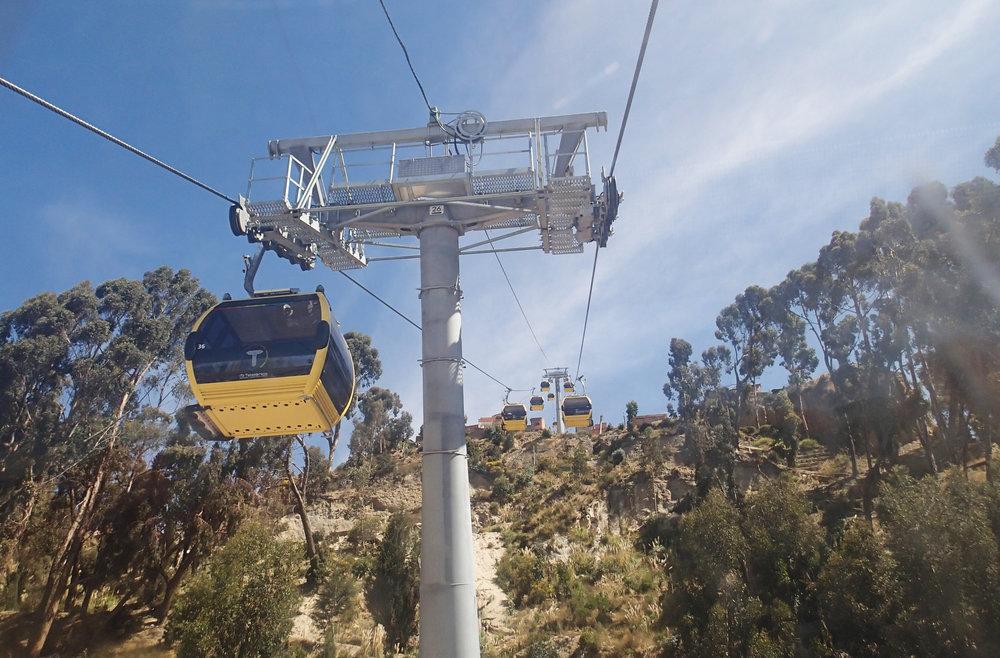 Gondolbanene er et gunstig alternativ i bratte terrenget som omgir La Paz. Naturområder kan bevares nærmest uberørt på bakken.