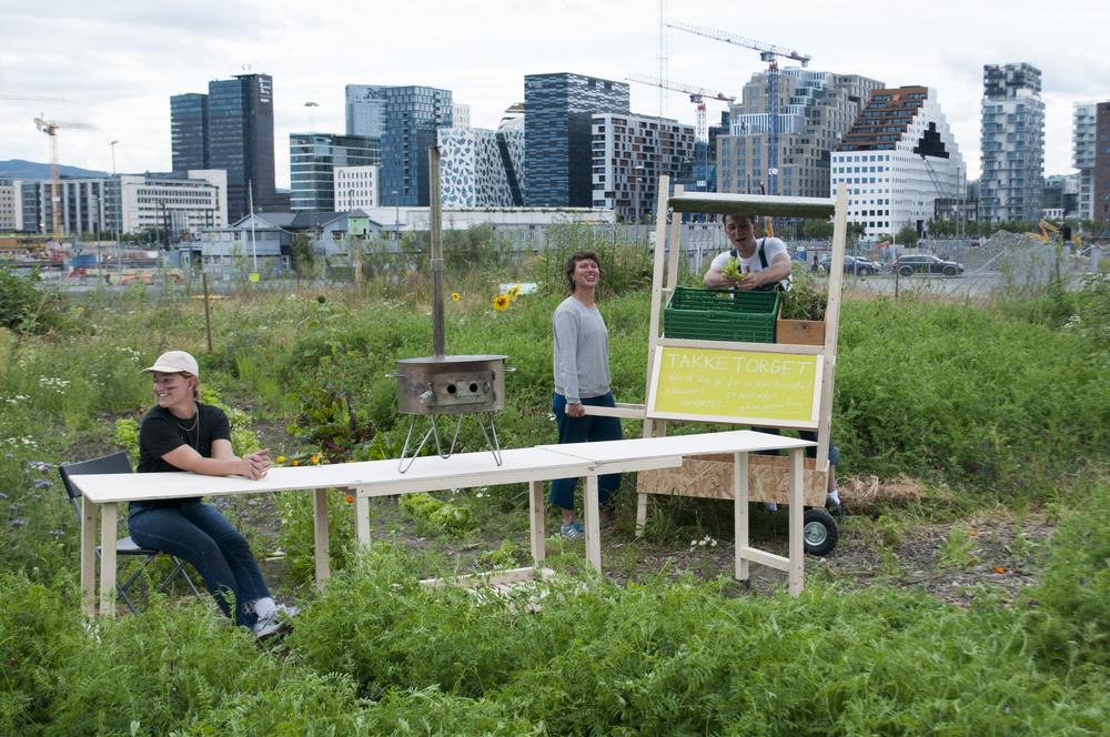 En byttetralle og en rullede langbord, nye tilskudd for å tilrettelegge for mer aktivitet og byttehandel på Losæter.  Foto: Mads Pålsrud.