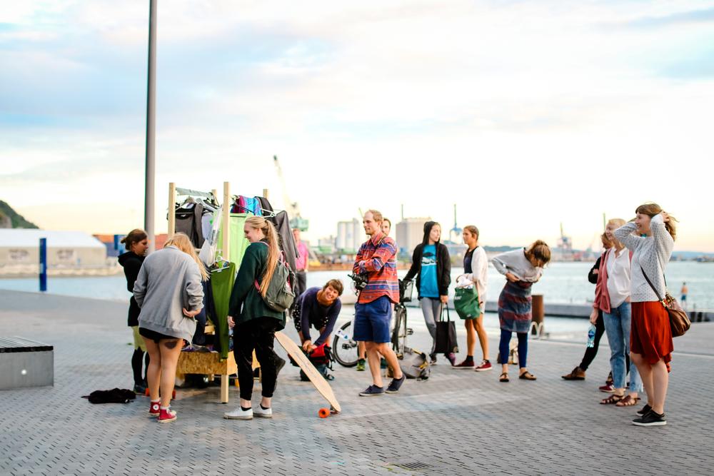 Uka etter workshop ble byttetralla til et rullende byttemarked og forbipasserende på Sørenga fikk byttet til seg ny sommerkjole, bøker eller nyplukket sopp.  Foto: Kjetil Gudem.