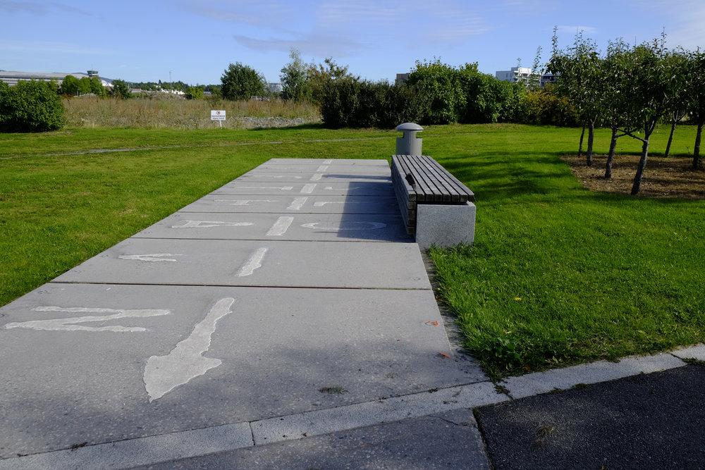 En gammel flystripe har fått ligge. I Nansenparken, Fornebu. Foto: Kjersti B. Skjelbreid